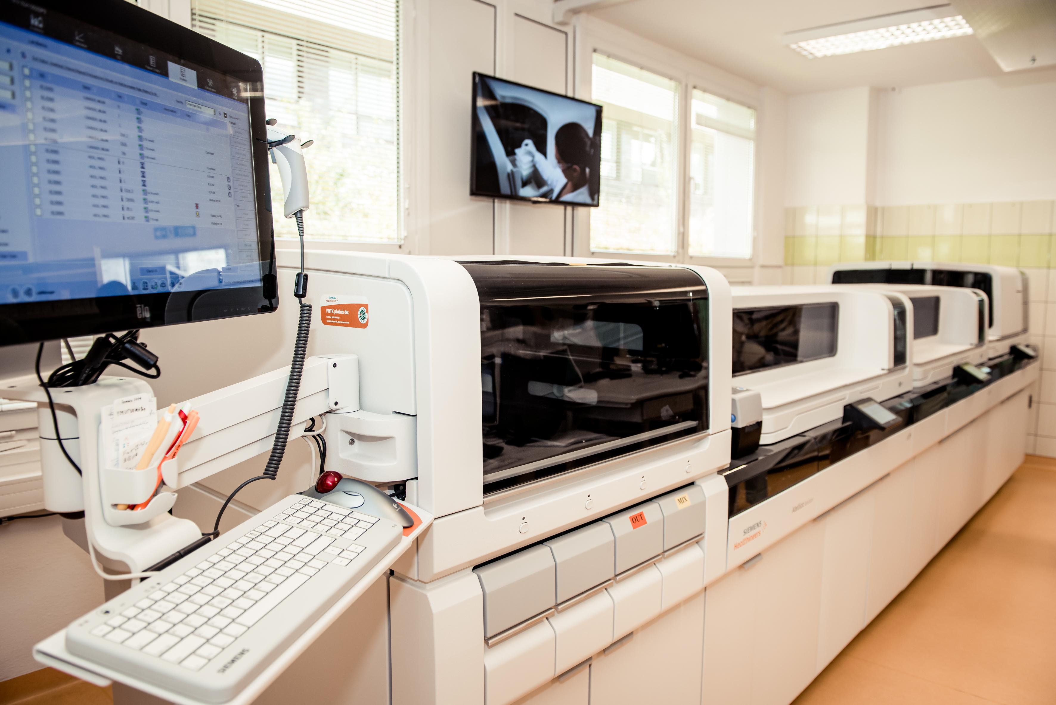 Nový analyzátor na oddělení klinických laboratoří slavnostně zahájil provoz